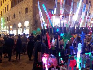 Bacchette luminose vendute dai venditori abusivi durante la notte bianca