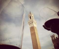 Un brindisi in Piazza del Campo a Siena   Foto su Instagram: @adelemessina per #bevicosavedi