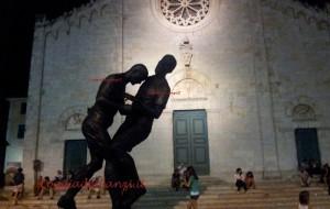 """La famosa testata di Zinedine Zidane a Marco Materazzi rappresentata nella scultura """"Coup de Tête"""""""