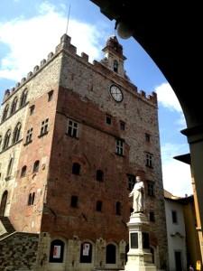 Esterno di Palazzo Pretorio con la statua del Datini e l'orologio ph: Comune di Prato
