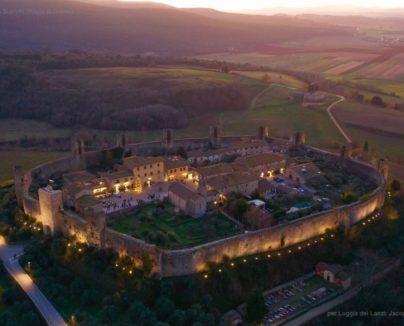 Sorvolo intorno alla Cinta muraria di Monteriggioni